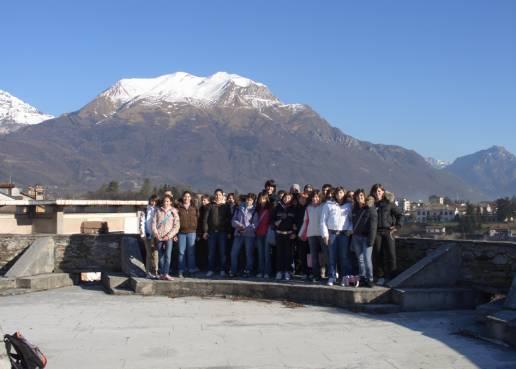 Gli alunni della classe 1B con sullo sfondo il monte Serva