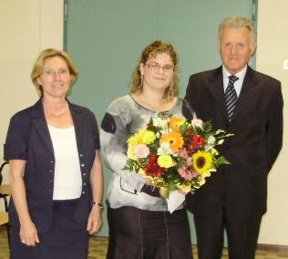 La fortunata vincitrice del premiofra la Preside del Calvi, dott.sa Bolla e il Rag. Revolfato